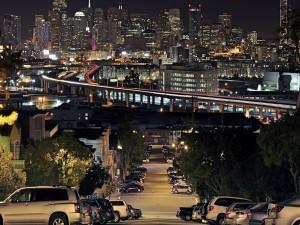Ciudad vista desde una calle residencial