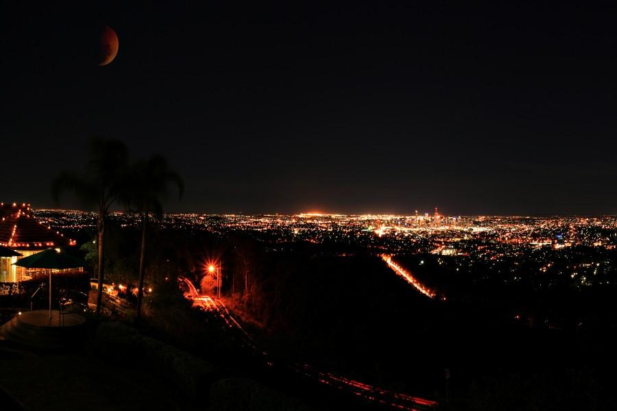 Oscura noche a las afueras de la ciudad