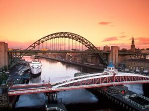 Barcos bajo los puentes de una ciudad