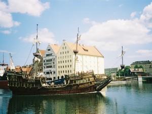 Barco llegando a la ciudad