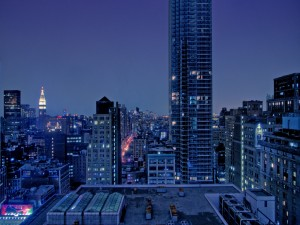 Grandes y pequeños edificios en una ciudad
