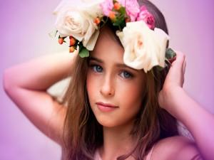 Niña con una bonita corona de flores