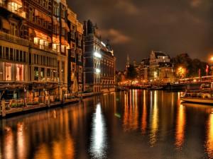 Luces en el río de la ciudad