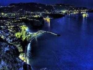 Vista nocturna de la Costa Amalfitana