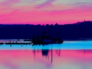 Barco pesquero visto al amanecer