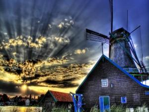 Molino de viento visto al amanecer
