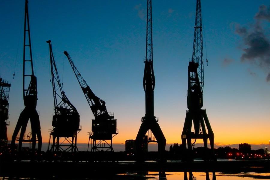 Grúas en el puerto al amanecer