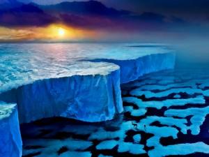 Hombre y reno caminando hacia la pared de hielo