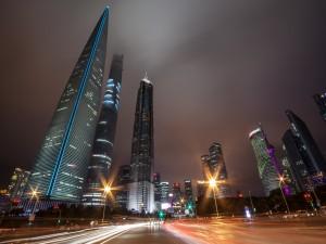 Tráfico en la noche de Shangai