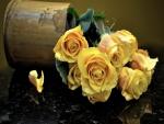 Rosas amarillas sobre una mesa