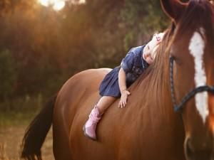 Niña a lomos de un caballo