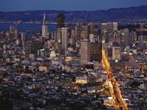 Vista aérea de una ciudad iluminada