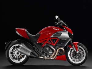 Ducati Diavel de color rojo