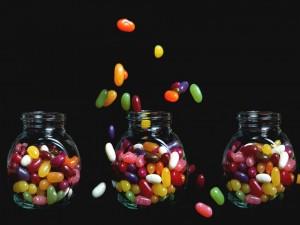 Grageas de caramelo en unos frascos de vidrio