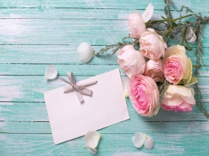 Una nota junto a un ramo de rosas