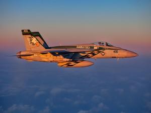 F-18 volando al amanecer