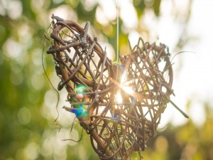 Rayos de sol a través de un corazón de mimbre