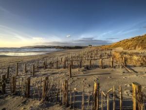 Vallas en la arena junto al mar