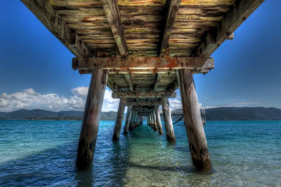 Puente de madera sobre las aguas del lago