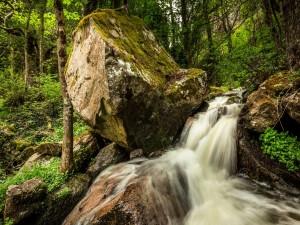 Río corriendo entre grandes rocas