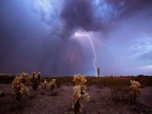 Tormenta eléctrica sobre un desierto