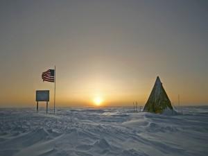 Hermoso amanecer en el Polo Sur