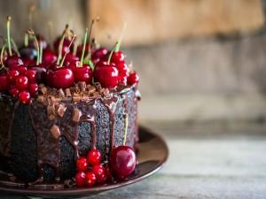 Tarta de chocolate decorada con bayas y cerezas