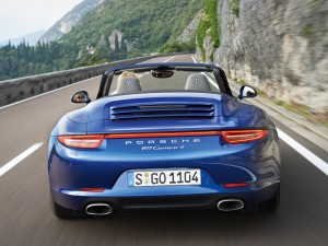 Porsche 911 Carrera 4 en una carretera