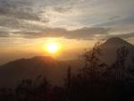 Sol iluminando las montañas