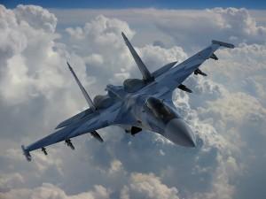 Su-35 sobre las nubes