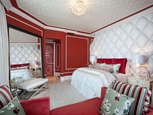 Un dormitorio rojo y blanco