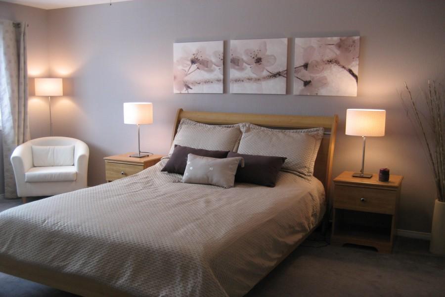 Lámparas encendidas en un dormitorio