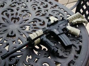 Rifle de asalto sobre una mesa