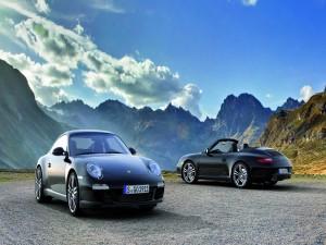Dos Porsche 911 entre montañas