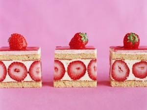 Pasteles de nata y fresas