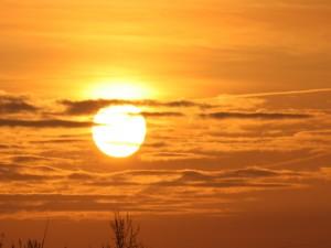 Sol en el cielo al amanecer