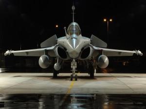 Avión de combate en un hangar