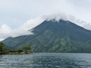 Nubes en la cima de la montaña
