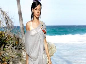 Rihanna con un vestido de playa