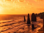 Puesta de sol sobre las rocas y el mar