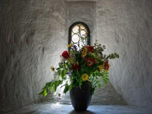 Ramo de flores junto a una ventana