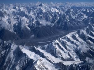 Picos montañosos nevados
