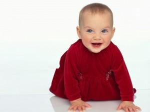 Bella beba con vestido rojo