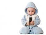 Bebé con un móvil