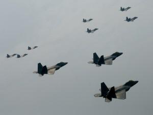 Formación de cazas F-22 surcando los aires