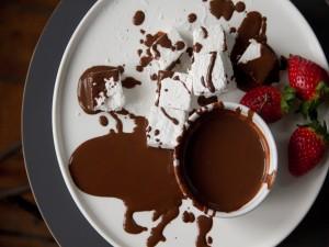 Chocolate fundido con malvaviscos y fresas