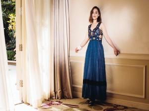 Emilia Clarke con un fascinante vestido azul