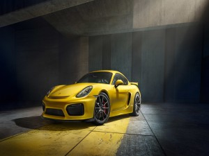 Un reluciente Porsche Cayman GT4 amarillo