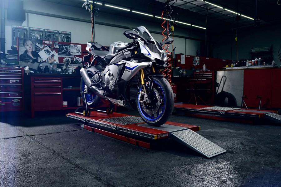 Una moto Yamaha YZF R1M