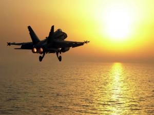 Avión de combate volando sobre el mar